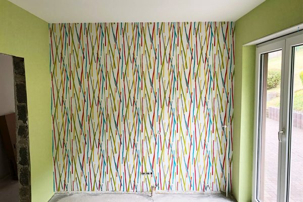 maler-tapezierarbeiten-tapete-bunt-gestrichen